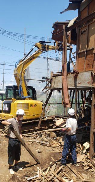 重機解体および人力による廃棄物分別作業風景