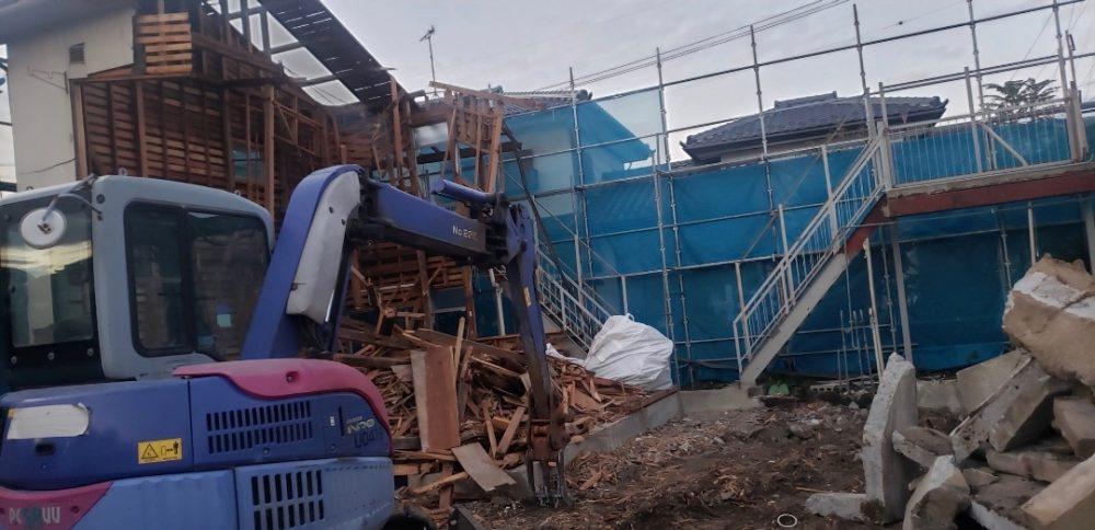 解体現場のコンクリート廃材と木廃材と金属廃材の分別状況