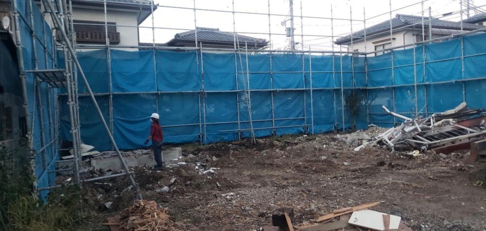 解体工事の最終段階前に養生シートと仮設足場を解体撤去